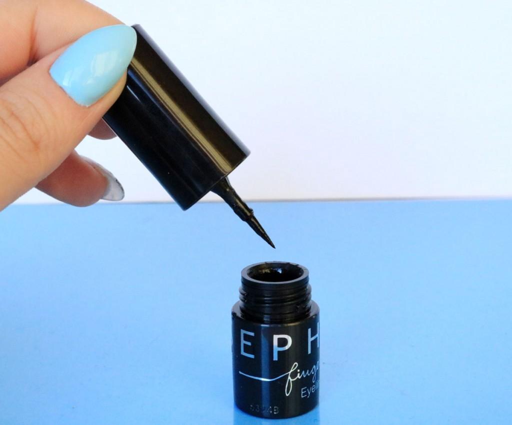 eyeliner cu degetul